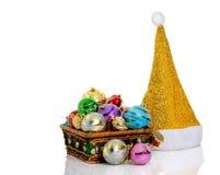 圣诞老人帽子和圣诞节球在白色 库存图片