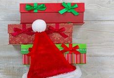 圣诞老人帽子和被包裹的礼物 库存图片