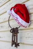 圣诞老人帽子和钥匙 免版税库存图片