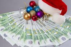 圣诞老人帽子和货币 库存照片