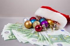 圣诞老人帽子和货币 免版税库存照片