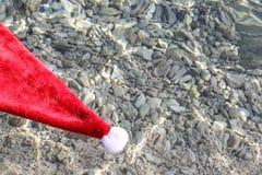圣诞老人帽子在热带海 免版税库存图片