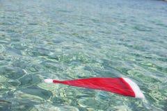 圣诞老人帽子在热带海 库存图片
