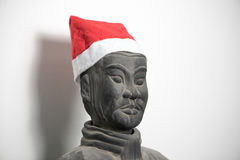 戴圣诞老人帽子的中国赤土陶器战士身材半外形  库存图片