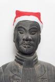 戴圣诞老人帽子的中国赤土陶器战士雕象前面看法  免版税库存照片