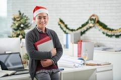 圣诞老人帽子的办公室工作者 免版税库存图片