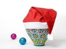 戴圣诞老人帽子的埃及装饰的五颜六色的瓦器花瓶 图库摄影