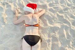 圣诞老人帽子的女孩与在后面lyi的题字新年 免版税库存图片