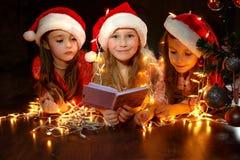 圣诞老人帽子的女孩有圣诞节 库存照片