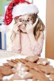 圣诞老人帽子的女孩 免版税库存照片