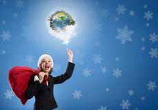 圣诞老人帽子的女实业家 免版税库存照片