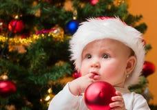 戴圣诞老人帽子的女婴 免版税库存图片