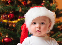 戴圣诞老人帽子的女婴 库存照片