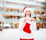 圣诞老人帽子的妇女有礼物盒和长袜的 库存图片