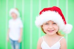 圣诞老人帽子的小女孩 免版税库存照片