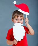圣诞老人帽子的小男孩。 免版税库存照片
