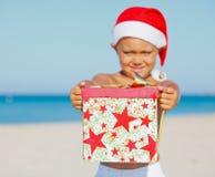 圣诞老人帽子的小男孩 免版税库存图片