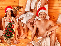 圣诞老人帽子的小组人在蒸汽浴 库存照片