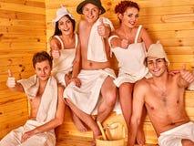 圣诞老人帽子的小组人在蒸汽浴 免版税库存图片