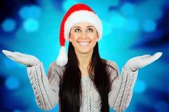 圣诞老人帽子的微笑的女孩 免版税库存图片