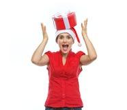 圣诞老人帽子的微笑的妇女与当前配件箱 库存图片