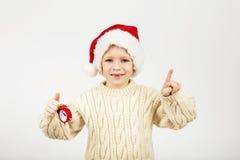 戴圣诞老人帽子的愉快的快乐的美丽的小男孩画象  库存图片