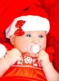 戴圣诞老人帽子的新出生的女孩 免版税图库摄影