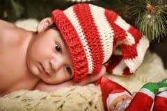 圣诞老人帽子的新出生的婴孩 免版税库存图片