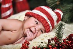 圣诞老人帽子的新出生的婴孩 库存照片