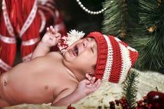 圣诞老人帽子的新出生的婴孩 免版税库存照片