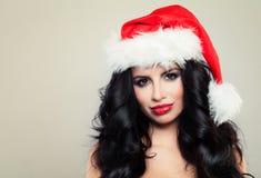 圣诞老人帽子的新年快乐妇女 库存图片