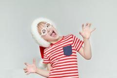圣诞老人帽子的无所事事的男孩笑和  图库摄影