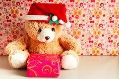 戴圣诞老人帽子的玩具熊 免版税库存照片