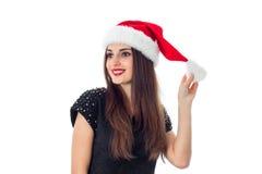圣诞老人帽子的秀丽深色的女孩 免版税库存图片