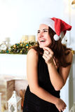 圣诞老人帽子的笑的美丽的女孩  免版税库存照片
