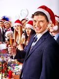 圣诞老人帽子的集团人在Xmas集会。 库存照片