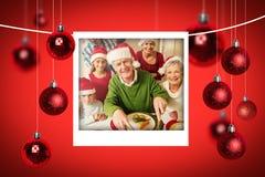 圣诞老人帽子的雕刻鸡的祖父的综合图象在圣诞晚餐 免版税库存图片