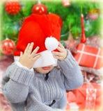 圣诞老人帽子的顽皮男童 免版税图库摄影