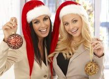 圣诞老人帽子的年轻女性办公室工作者 图库摄影