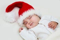 圣诞老人帽子的年轻婴孩 免版税库存图片
