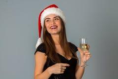 圣诞老人帽子的年轻逗人喜爱的女孩 库存图片