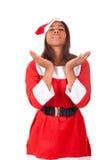 戴圣诞老人帽子的年轻非裔美国人的妇女 免版税库存照片