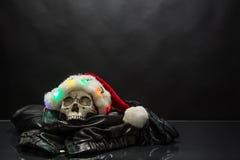 戴圣诞老人帽子的头骨 库存照片