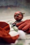 圣诞老人帽子,红色手套、霍莉和圣诞节球 免版税图库摄影