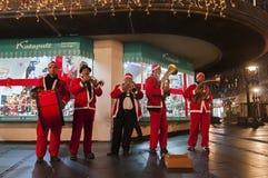 圣诞老人弹喇叭 免版税图库摄影