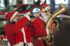 圣诞老人弹喇叭 库存图片