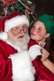 圣诞老人得到亲吻 免版税库存照片