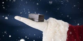 圣诞老人手的综合图象显示一个小盒子 免版税库存图片