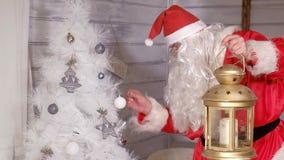 圣诞老人拿着圣诞节金黄灯笼 库存照片