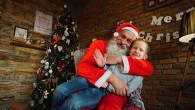 圣诞老人提出礼物对愉快的boyr 免版税库存图片
